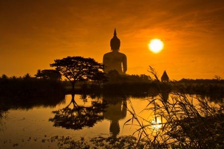buda: Big Buddha estatua puesta de sol en Wat Muang, Tailandia