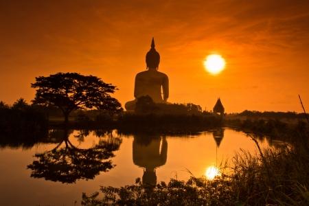 タイ ワット ・ ムアンで大仏サンセット