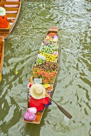 damnoen saduak: Damnoen Saduak Floating Market near Bangkok in Thailand