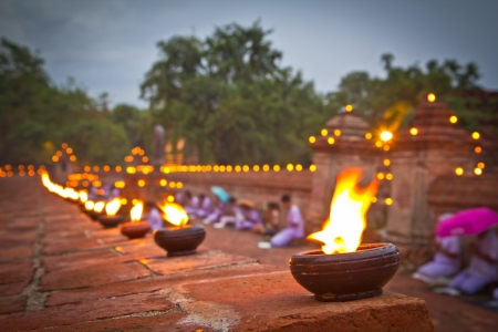 Весак Буча свеча горит Старый тайский храм в Аюттхая Таиланде Фото со стока