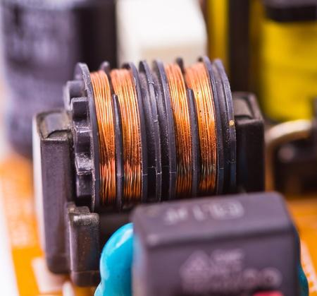 electrolytic: Bobina de cobre de componentes electr�nicos en la placa de circuito impreso Foto de archivo