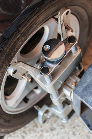 alineaci�n: Rueda de coche fija con ruedas computarizado abrazadera de la m�quina de alineaci�n