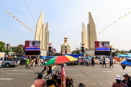 congruity: BANGKOK, Thailandia-9 dicembre Il grande gruppo di manifestanti ad monumento di democrazia sulla strada Ratchadumnoen a Bangkok il 9 dicembre 2013 a Bangkok, Thailandia