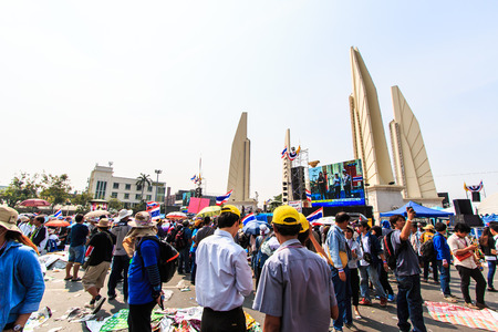BANGKOK, THAILAND-DECEMBER 9   The big group of protestors to at Democracy monument on Ratchadumnoen road in Bangkok on December 9, 2013 in Bangkok, Thailand Stock Photo - 24303005