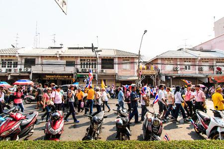 congruity: BANGKOK, Thailandia-9 DICEMBRE Il grande gruppo di manifestanti a al monumento di democrazia sulla strada Ratchadumnoen a Bangkok il 9 Dicembre 2013 a Bangkok, Thailandia