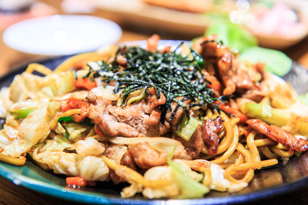 yi mein: fried noodles with beef yakisoba