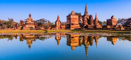 Parque histórico de Sukhothai, el casco antiguo de Tailandia en hace 800 años - Estatua de Buda en Wat Mahathat en parque histórico de Sukhothai, Tailandia