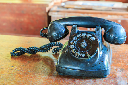古い机の上の古い携帯電話