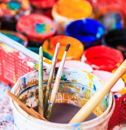 Viejas pinturas de artistas pinceles pinturas y pinceles de fondo Foto de archivo