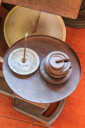kilo: Escalas vieja pesa antigua kilo Foto de archivo