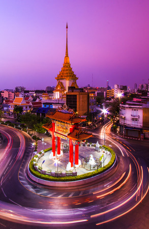 The Gateway Arch (Odeon Circle) and Temple, Landmark of Chinatown Bangkok Thailand Imagens