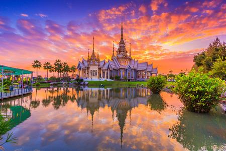 Tailandés Wat, puesta del sol en el templo de Tailandia, Son de dominio público o tesoro del budismo, no restringir en copia o utilización