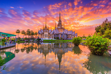 Wat thai, sunset in temple Thailand,They are public domain or treasure of Buddhism, no restrict in copy or use Banque d'images