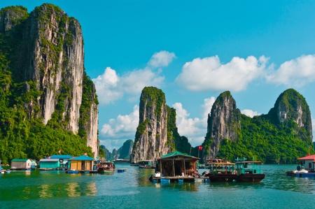 ハロン湾、ベトナム、東南アジアの漁村をフローティング 写真素材