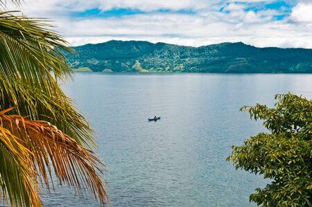 the deepest: Pescador en el lago Toba, en Sumatra, Indonesia, el sudeste de Asia, es el lago m�s grande y profundo cr�ter de un volc�n en el mundo
