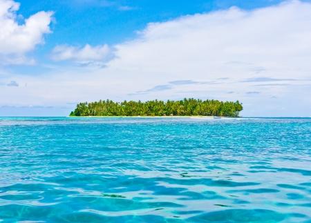 シムルエ列島、インドネシア海の熱帯の島