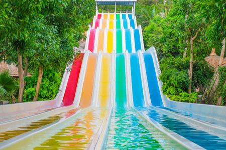 水公園、ベトナム、東南アジアでカラフルなウォータース ライダー 写真素材