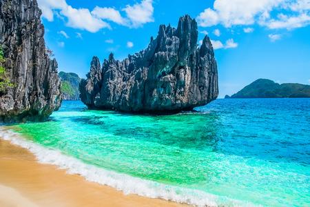 熱帯のビーチと山諸島、フィリピン、東南アジア 写真素材