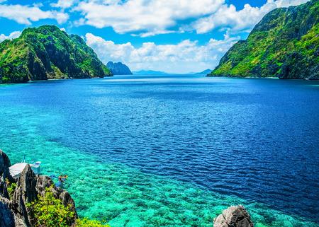 Landschap: Schilderachtig uitzicht op de zee baai en de bergen eilanden, Palawan, Filipijnen Stockfoto