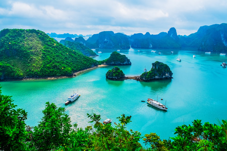 the bay: Scenic view of islands in Halong Bay, Vietnam, Southeast Asia Stock Photo