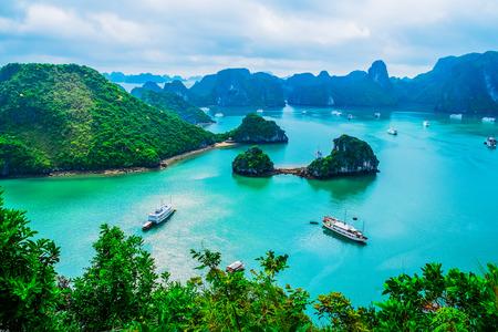 Vista panorámica de las islas en la Bahía de Halong, Vietnam, el sudeste de Asia Foto de archivo - 47677444