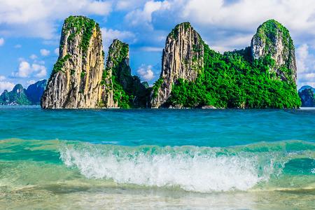 ハロン湾、ベトナム、東南アジアの山諸島 写真素材
