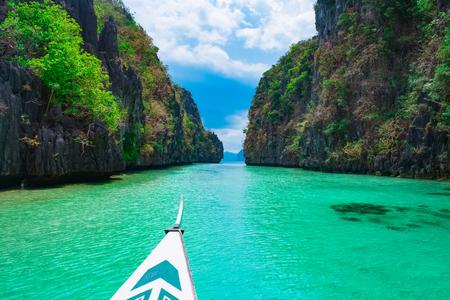 Bootsfahrt in der blauen Lagune, Palawan, Philippinen