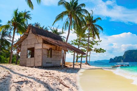 景観の良い熱帯の風景、エルニド、パラワン、フィリピン、東南アジア。小屋、砂浜、ヤシの木と美しい熱帯の島。海湾風景。人気のランドマーク 写真素材