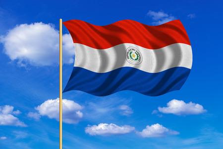 bandera de paraguay: bandera oficial nacional de Paraguay. símbolo patriótico, bandera, elemento, fondo. colores correctos. Bandera de Paraguay en asta de bandera ondeando en el viento, cielo azul de fondo. textura de la tela