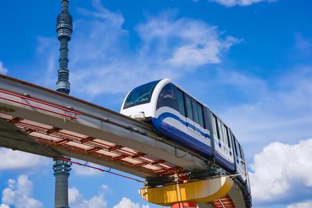 treno espresso: Paesaggio urbano di Mosca. Torre televisiva Ostankino e treno monorotaia, Russia, Europa Archivio Fotografico