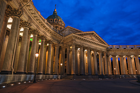 Kazan Cathedral at night, Saint Petersburg, Russia. Famous travel destination, landmark of St. Petersburg. SPB city view at dusk. Kazanskiy Kafedralniy Sobor in twilight. Cityscape of Saint-Petersburg 스톡 콘텐츠
