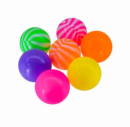 kleurrijke speelgoed plastic ballen geïsoleerd op een witte achtergrond