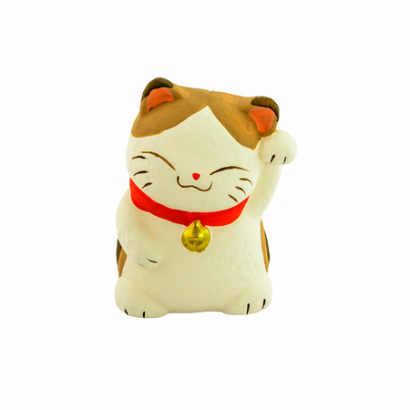 白い背景で隔離の招き猫ラッキー猫 (日本のマスコット猫)