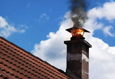 Chimmney auf Feuer mit Rauch herauskommen. Standard-Bild