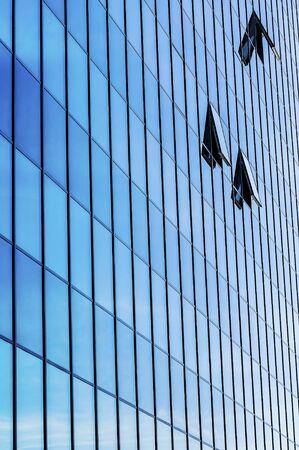 ventanas abiertas: moderno edificio con tres ventanas abiertas. Foto de archivo