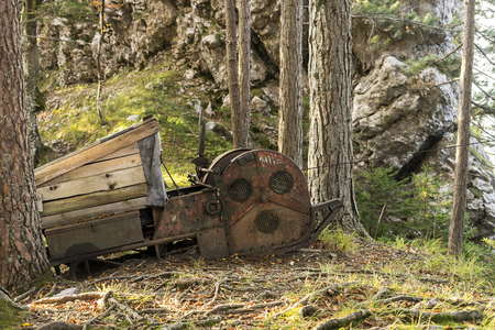 Cargo winch for transporting heavy goods from hill to hill