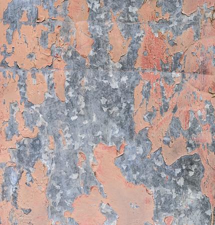 Desapareciendo y cayendo pintura sobre una superficie metálica