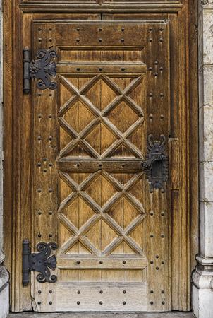 Old massive door with a big metal handle. Stok Fotoğraf - 120368632