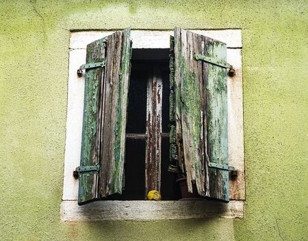 Old wooden window is falling apart and rotting 免版税图像 - 145008788