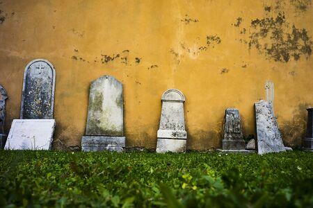 Abandoned cemetery old cement gravestones 免版税图像 - 146195580