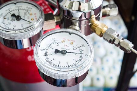 balanza de laboratorio: Manómetro en un regulador de gas de un tanque de gas en un laboratorio