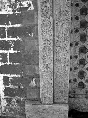 彫刻が施されたドア枠