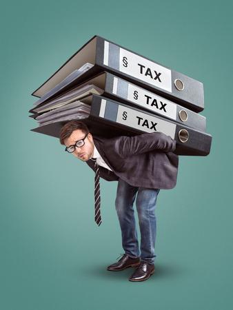 Mann, der einen riesigen Stapel Steuerordner trägt