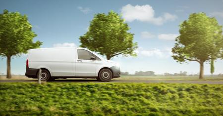 Petite camionnette de livraison sur une route de campagne