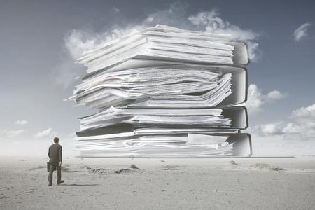 Ein Mann im Anzug geht auf einen Berg von Papierkram zu, Alltagskonzept