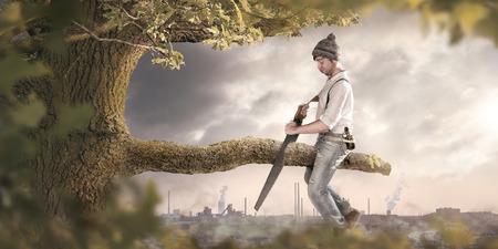 Un homme est en train de scier la branche sur laquelle il est assis