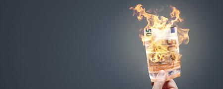 Banconota da 50 euro che brucia con una fiamma brillante