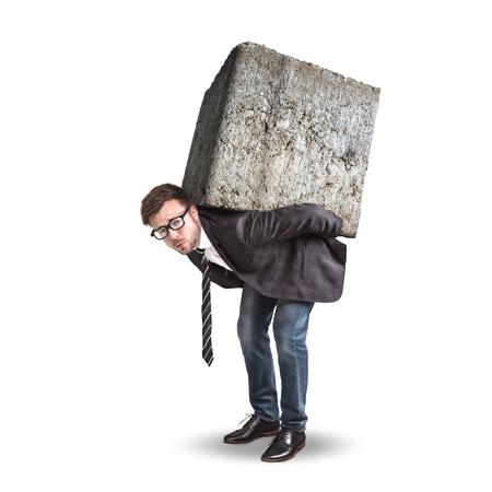 Geschäftsmann, der einen großen und schweren Stein auf seinem Rücken trägt