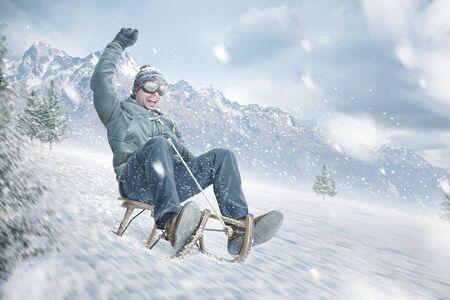 Homme heureux en train de dévaler une pente en hiver