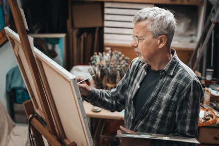 Senior artist painting in his studio 版權商用圖片 - 151187235